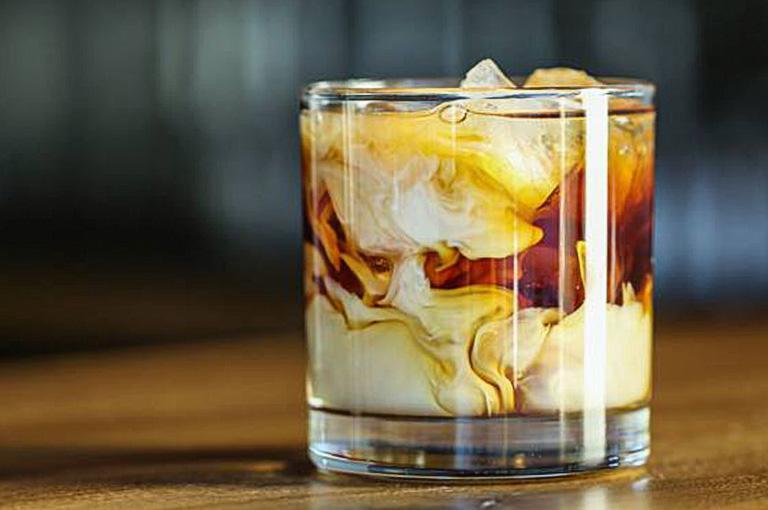 Szklanka zdwukolorowym napojem